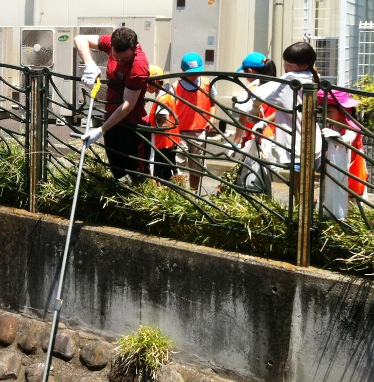 3 用水の清掃をヘルプする子供たち