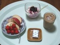 7/6 朝食 りんご、さくらんぼ、豆乳ヨーグルト、ベビーチーズ、アイスカフェオレ