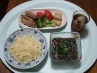 7/6 昼食 ざるうどん(こんにゃく麺)、えのきの肉巻、高野豆腐のチーズ煮、トマト、ブロッコリー
