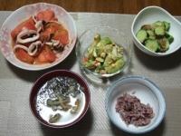 7/6 夕食 トマトとイカのにんにく炒め、アボカドと玉子のサラダ、きゅうりのザーサイ和え、もやしとあかもくの味噌汁、黒米ごはん
