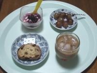 7/8 朝食 クルミレーズンパン、巨峰、豆乳ヨーグルト、ベビーチーズ、カフェオレ