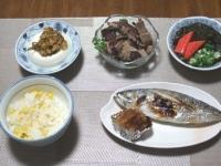 7/8 夕食 アジの塩焼き、鰹のたたき、冷奴、あかもくの酢の物、とうもろこしご飯