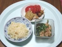 7/9 昼食 れんこんのはさみ揚げ、牛串、鶏の塩麹焼き、トマト、こんにゃくざるうどん