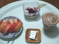 7/10 朝食 りんご、豆乳ヨーグルト、ベビーチーズ、カフェオレ