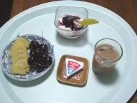 7/13 朝食 キウイ、アメリカンチェリー、6Pチーズ、豆乳ヨーグルト、カフェオレ