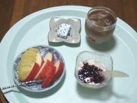7/17 朝食 りんご、キウイ、豆乳ヨーグルト、ベビーチーズ、カフェオレ