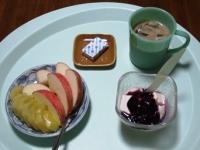 7/19 朝食 りんご、キウイ、豆乳ヨーグルト、ベビーチーズ、カフェオレ
