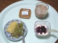7/21 朝食 キウイ、巨峰、豆乳ヨーグルト、ベビーチーズ、カフェオレ