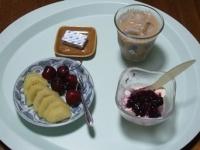 7/24 朝食 キウイ、アメリカンチェリー、豆乳ヨーグルト、ベビーチーズ、カフェオレ