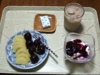 7/25 朝食 キウイ、アメリカンチェリー、豆乳ヨーグルト、ベビーチーズ、アイスカフェオレ