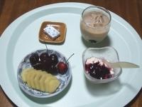 7/26 朝食 キウイ、アメリカンチェリー、豆乳ヨーグルト、ベビーチーズ、カフェオレ