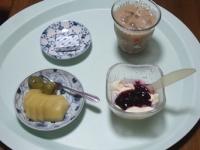 7/28 朝食 キウイ、巨峰、豆乳ヨーグルト、ベビーチーズ、カフェオレ