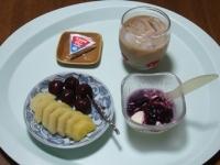 7/29 朝食 キウイ、巨峰、豆乳ヨーグルト、6Pチーズ、アイスカフェオレ