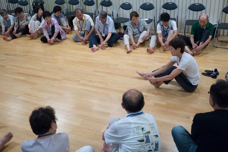松尾先生の講義・足を触る