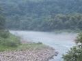 霧の流れる川