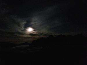穂高連峰と月