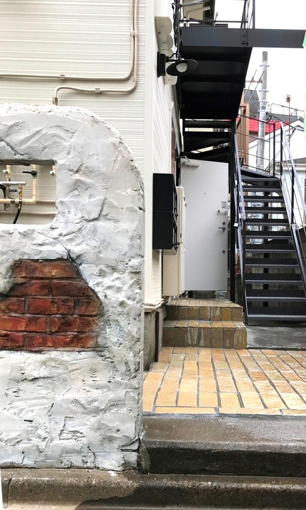 プロヴァンス風のガーリーハウス 外観階段