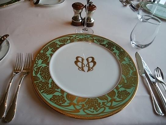 バロンオークラ テーブル