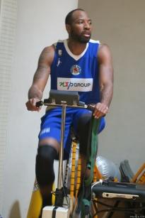 自転車に乗って出番を待つハーブさん。