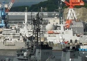 横須賀基地、謎の艦船(拡大画像)