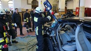 訓練のためにパナメーラを破壊するドイツ消防士