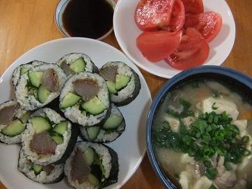 ブリ巻き寿司、豚汁、トマト