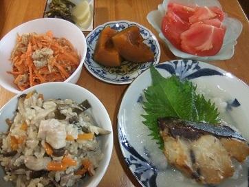 ハマチ味噌焼き、炊き込み飯、人参豚