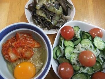 キムチ卵掛けご飯、サラダ、ナス雑魚