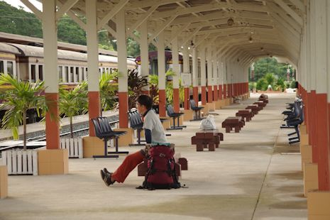 急行列車を待つひととき