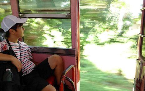 おんぼろバス、国境へ走る