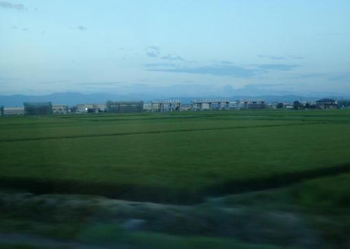 田圃の中の新幹線