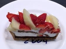 洋梨といちごのチョコケーキ