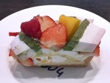 ひなまつりケーキ -いちごとマンゴーと3色ムースのケーキ-
