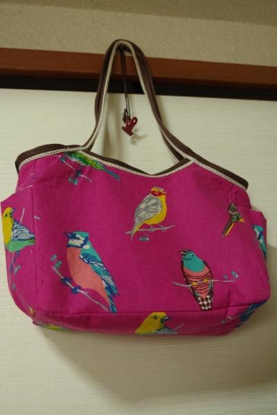 鳥柄のバッグ