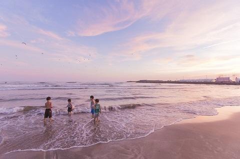 170817 夕暮れの浜辺の子供たち