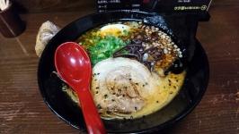 福岡・中洲の麺屋一矢でとんこつ黒ラーメン。