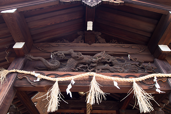 中島八幡社拝殿の龍の彫り物