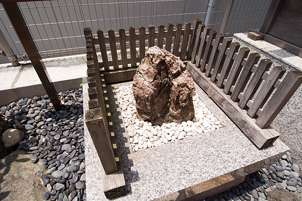 丸の内白山神社岩