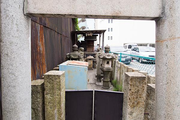 名駅南秋葉神社鳥居から中を見る