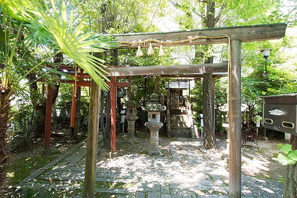 外土居神社境内と鳥居