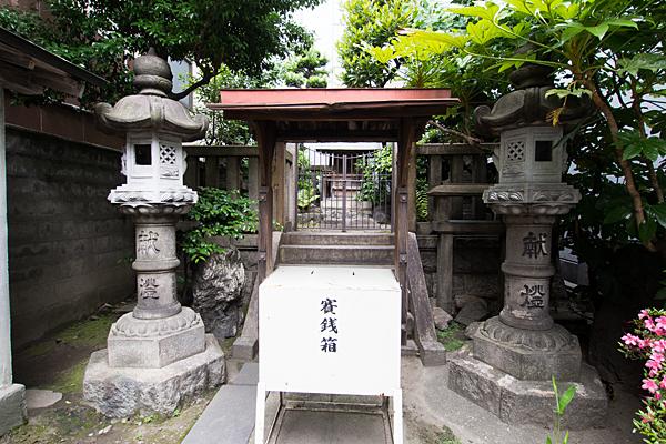 柳里神社本殿前