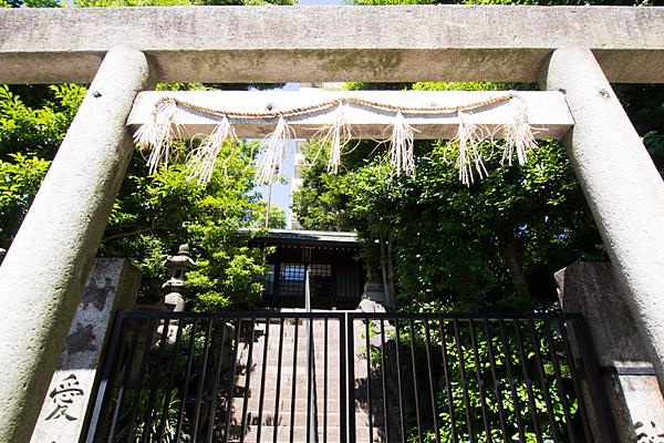 日出神社二の鳥居と門扉