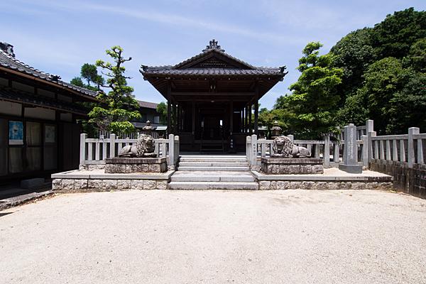 五軒家神明社境内と拝殿
