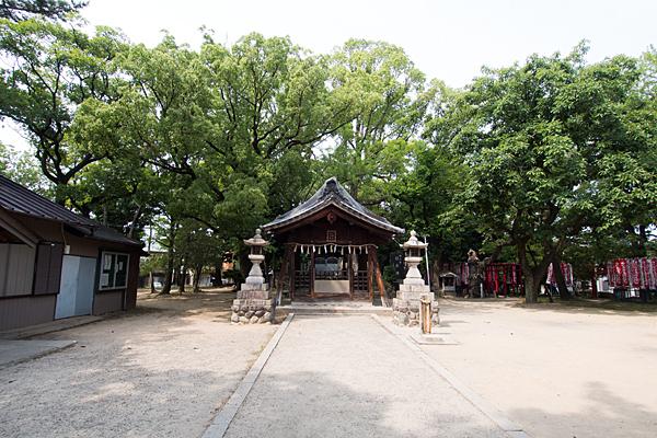 本願寺八幡社参道から拝殿へ