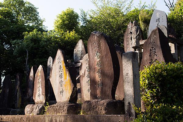 岩作御嶽神社霊神碑