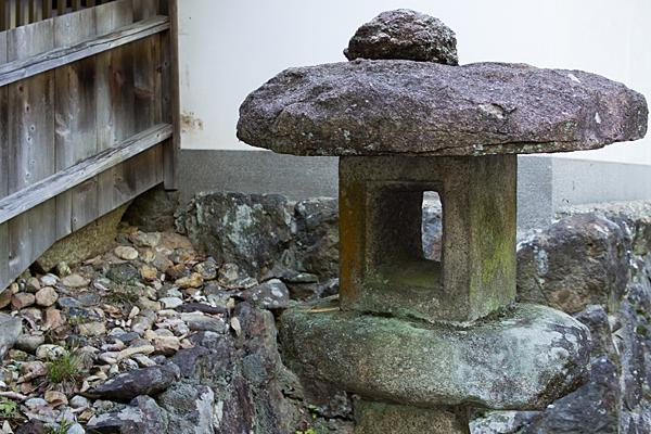 岩作御嶽神社石燈篭