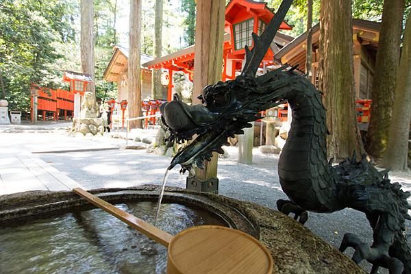 椿大神社手水舎と椿岸神社