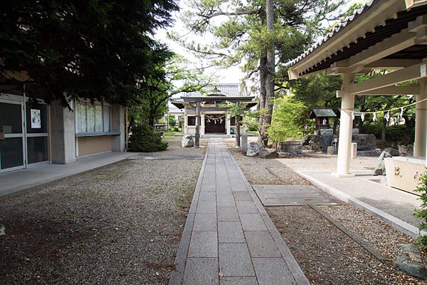 服部八幡神社境内と拝殿