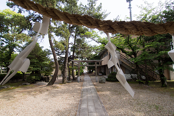 服部八幡神社拝殿から見る境内の風景