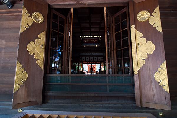 御器所八幡宮拝殿から本殿を見る